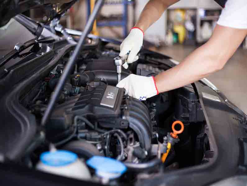 متخصصون-في-مجال-صيانة-السيارات