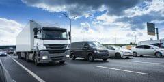 نصائح من أجل القيادة بجانب الشاحنات بأمان