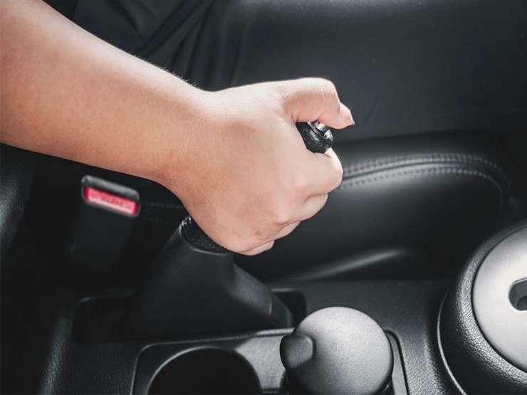 عدم-استعمال-المكابح-اليدوية-عند-إيقاف-السيارة-على-سطح-غير-مستو