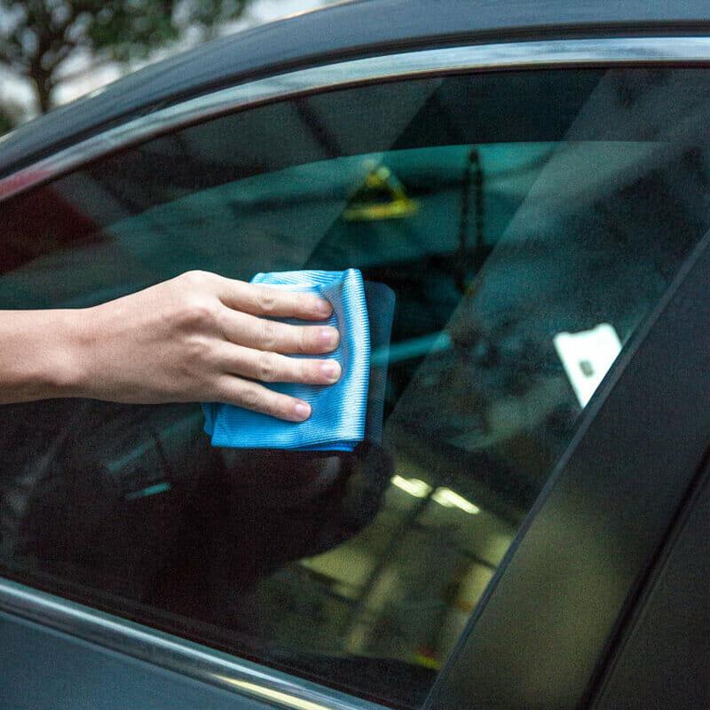 تنظيف-زجاج-السيارة-باستخدام-منشفة-ستوكات