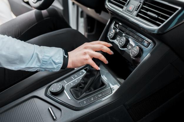 وضع-اليد-على-عصا-ناقل-الحركة-أثناء-القيادة